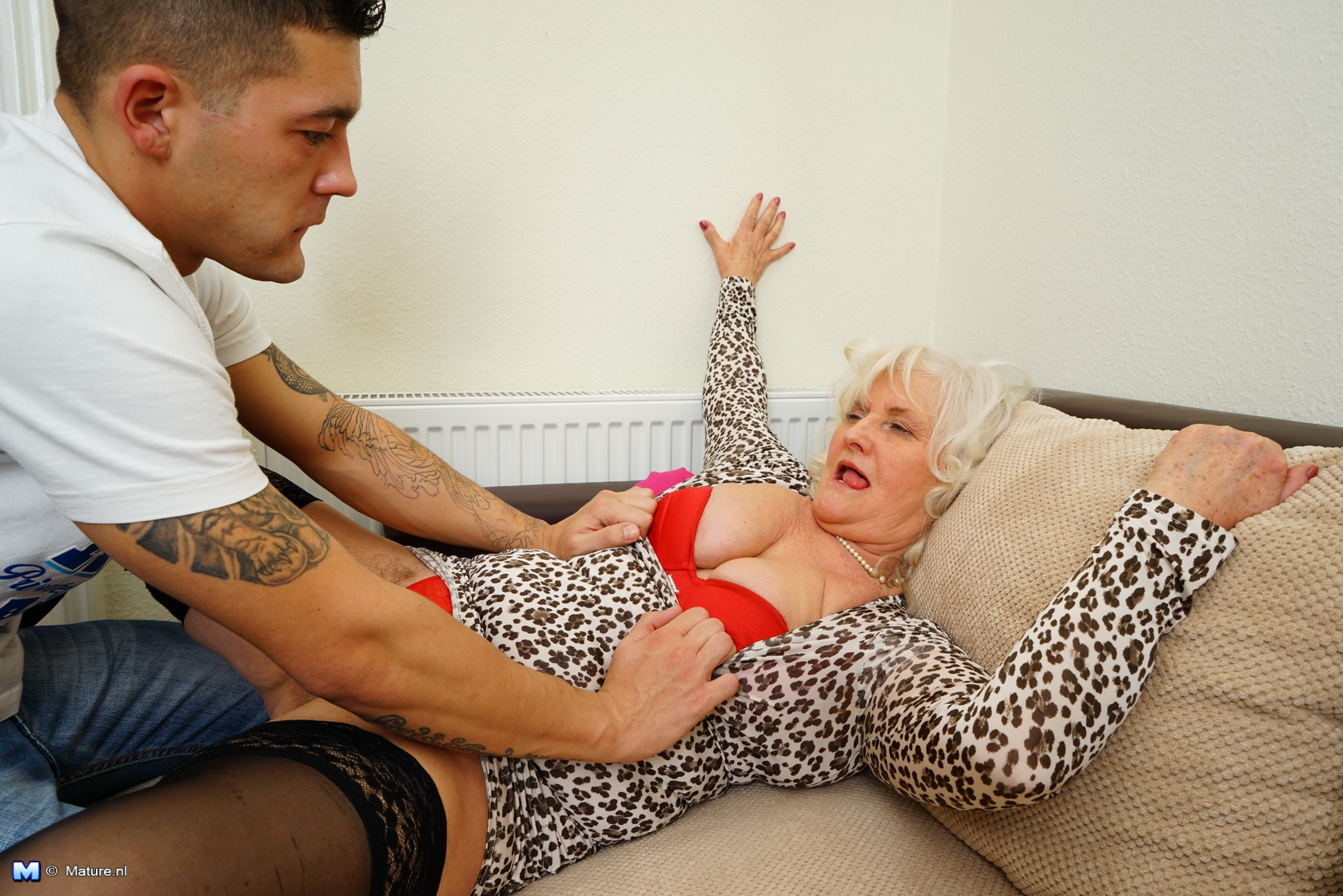 Milf fucks with boy 10 yo younger than her