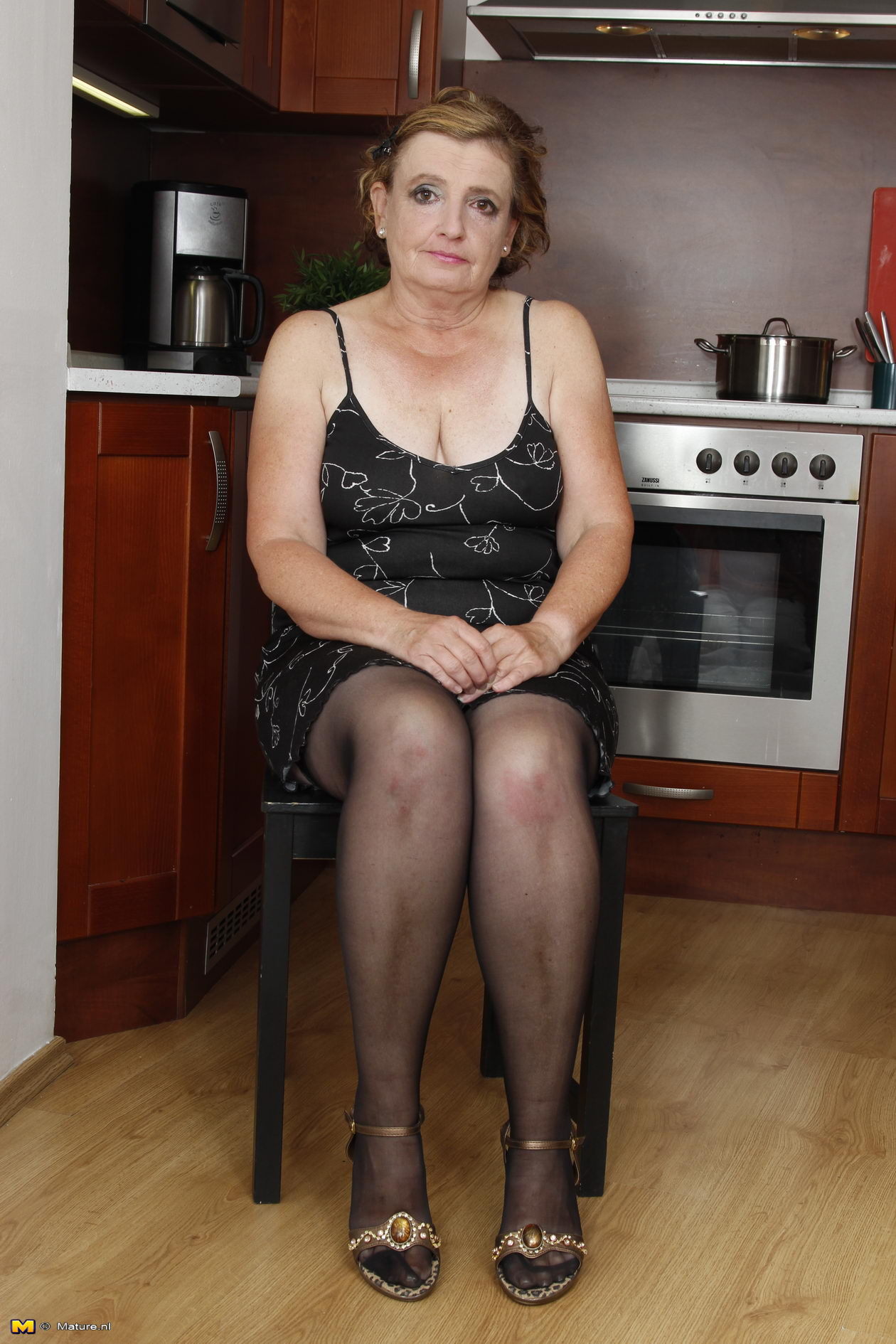 Naughty housewife doing her toy boy - 16 pics - Elegant
